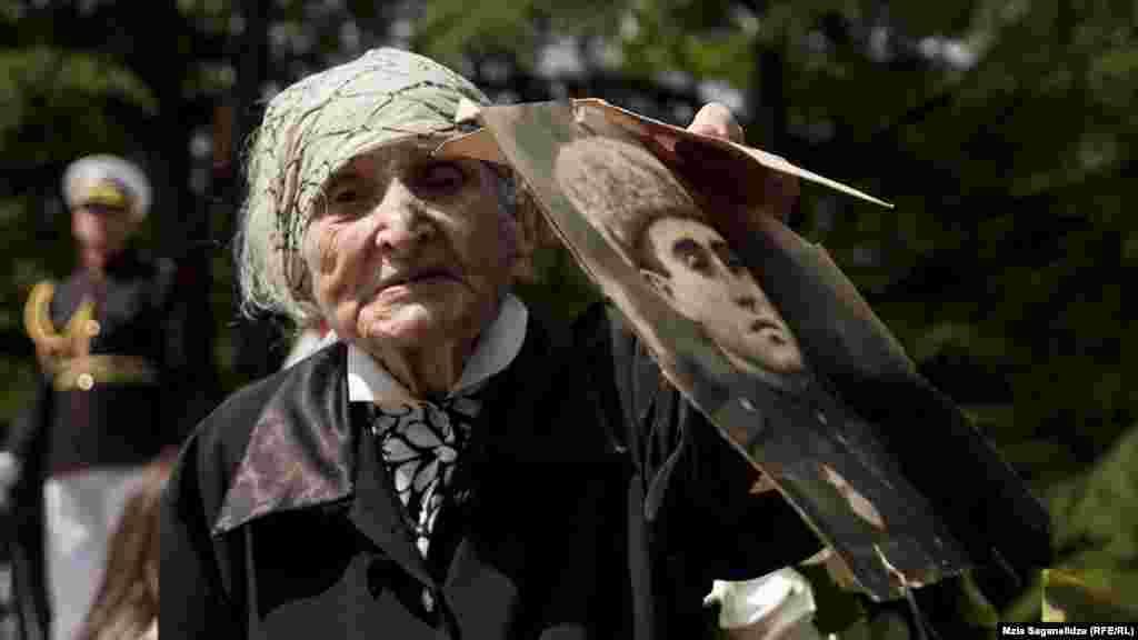 برگزاری مراسم در تفلیس و خانواده کسانی که در جنگ جهانی دوم کشته شدند