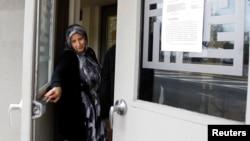 Женщина закрывает дверь здания Исламского института в районе Куинс в Нью-Йорке. Иллюстративное фото.