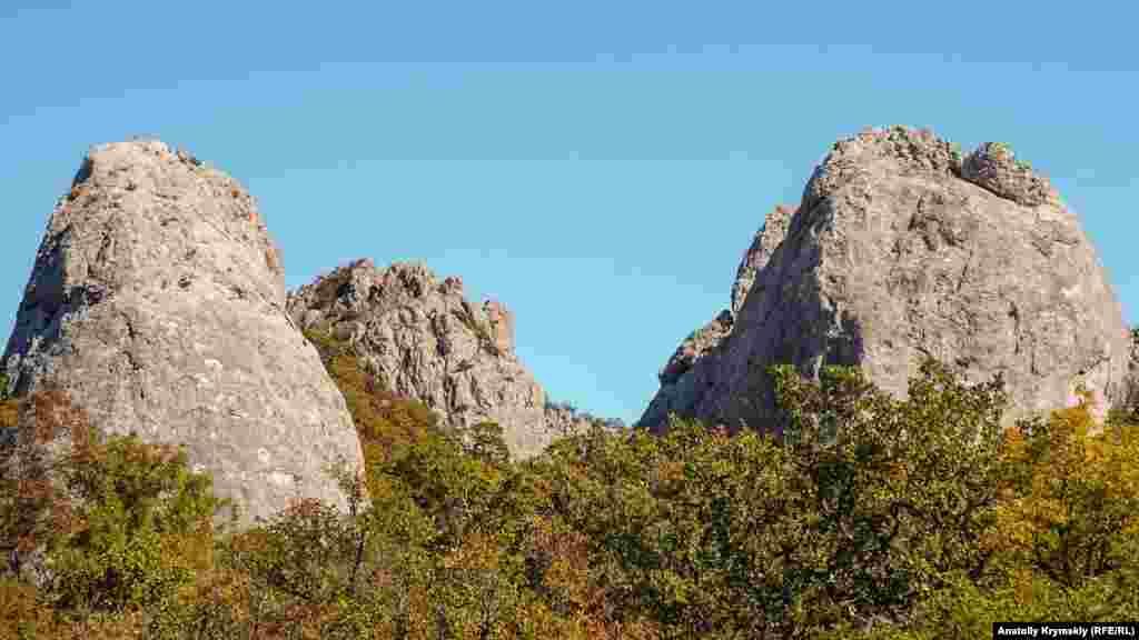 Окруженное зеленой ложбиной место еще называют «крымским Стоунхенджем», «Каменным цветком», «Зубами дракона», «Ромашкой» и «Кебан-Кая». Еще одно из названий – «Цветок силы». Семь его «лепестков» – это белые известняковые глыбы с большим камнем в центре