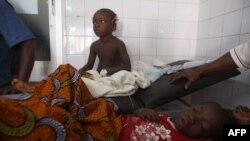 Дети, пострадавшие во время давки, лежат в больнице. Абиджан, 1 января 2012 года.