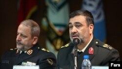 حسین اشتری (راست) و اسماعيل احمدی مقدم، فرمانده کل نيروی انتظامی جمهوری اسلامی،