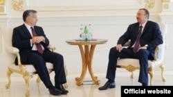 Встреча президента Азербайджана Ильхама Алиева (справа) и премьер-министра Венгрии Виктора Орбана, Баку, 30 июля 2012 г.