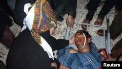 Родственники оплакивают одного из убитых жителей Хоулы