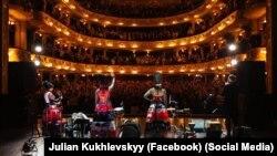 Гурт «ДахаБраха» виступає в оперному театрі у Львові (архівне фото)