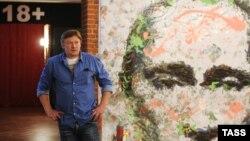 Художник Константин Алтунин у одной из своих картин в Музее власти. Санкт-Петербург, 27 августа 2013 года.