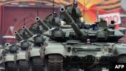 Орусиянын T-90 танктары Кызыл аянттагы Жеңиш күнүнө арналган аскердик парадда, Москва. 6-май, 2010