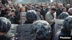 Ոստիկանները կանգնում են ընդդիմադիր ցուցարաների դիմաց, 1-ը մարտի, 2008 թվական