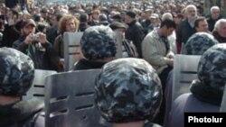Вооруженные полицейские блокируют шествие протестующих, Ереван, 1 марта 2008 г.