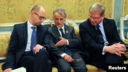 Мостафа Җәмилев (уртада) Украина премьер-министры Арсений Яценюк (уңда) һәм Европа коммисары Штефан Фюле (сулда) сөйләшә