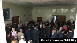 Мурат Суталинов тарапкерлери. Бишкек шаардык сотунун ичи.