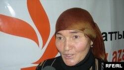 Ләззат Асанованың анасы Алтынай Асанова Азаттық радиосында Алматы, 2008 жыл