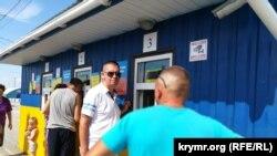 Проходження паспортного контролю громадянами, які слідують через адмінкордон на транспортних засобах, КПВВ «Чонгар». Херсонська область, 2 серпня 2018 року