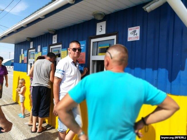 Прохождение паспортного контроля гражданами, которые следуют через админграницу на транспортных средствах, КПВВ «Чонгар». Херсонская область, 2 августа 2018 года