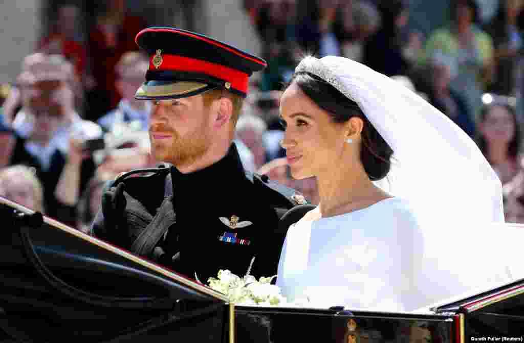 После часовой службы в церкви Св. Георгия принц Гарри с женой совершили поездку по городу, которая длилась примерно 25 минут.