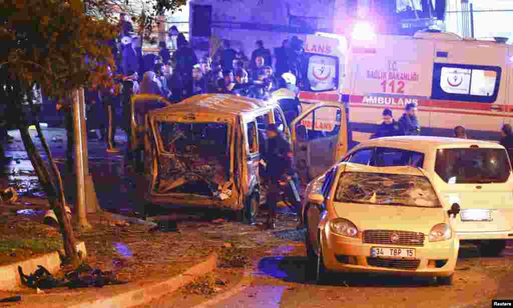 Жарылыс болған жерде жүрген адамдар. Стамбул, Түркия, 10 желтоқсан 2016 жыл.