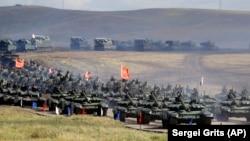 نیروهای ارتش چین و روسیه در جریان رزمایش ووستوک در روسیه؛ سپتامبر ۲۰۱۸