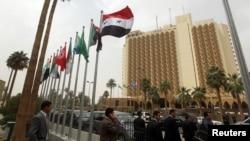 Знамињата на земјите-членки на Арпаската лига пред хотелот во Бадад каде ќе се одржи самитот