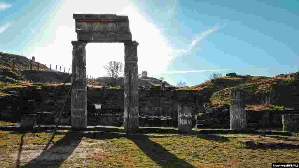 Руїни Пантікапея на горі Мітрідат у Керчі є пам'яткою культурної спадщини національного значення України