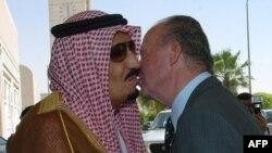 Сауд Арабиясы принці Салман бин Абдул Азиз (сол жақта) және Испанияның бұрынғы королі Хуан Карлос I, 2006 жыл.