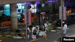У терминала аэропорта Стамбула, где во вторник прогремела серия взрывов. 28 июня 2016 года.