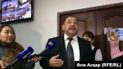 Ақтөбедегі қарулы шабуылға қатысты сот процесіндегі судья Ахметқали Молдағалиев сот процесінің жабық болатынын жариялап тұр. Ақтөбе, 18 қазан 2016 жыл.