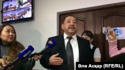 Ахметкали Молдагалиев, судья по делу о вооруженном нападении в Актобе отвечает на вопросы журналистов, 18 октября 2016 года.
