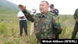 Вице-премьер Кыргызстана Токон Мамытов призывает участников акции протеста в Кара-Бууринском районе Таласской области прекратить блокировку воды в трансграничном канале. 8 июля 2013 года.