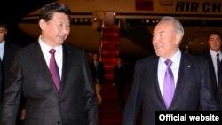 Қазақстан президенті Нұрсұлтан Назарбаев (оң жақта) пен Қытай басшысы Си Цзиньпин Астанада. 6 қыркүйек 2013 жыл. Қазақстан президентінің ресми сайтындағы сурет.