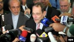 خاوير سولانا، مسئول سياست خارجی اتحاديه اروپا به همراه نمايندگان کشورهای موسوم به گروه ۱+۵ برای ارائه مشوق های جديد به تهران سفر می کند (عکس از epa)