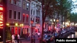 """Жители Амстердама жалуются: иностранных корреспондентов интересует только """"святая троица"""" тем - наркотики, эвтаназия и квартал красных фонарей"""