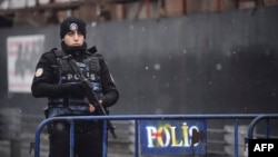 Турецкий полицейский возле ночного клуба Reina, где был теракт.