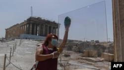 Потоците с туристи на Акропола ще бъдат разделени от плексигласови прегради