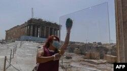 заштитен плексиглас на влезот на Акропол во Атина