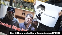 Під час акції на підтримку Романа Сущенка з оприлюдненим ФСБ фото його затримання перед посольством Росії в Києві, 6 жовтня 2016 року