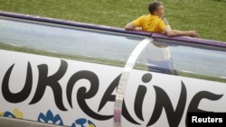 Главный тренер футбольной сборной Украины Олег Блохин перед матчем Украина - Швеция. Киев, 11 июня 2012 г