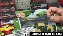 Військова іграшка з маркуванням російської армії в донецькому магазині