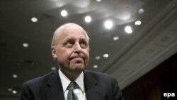Директор Национальной разведки Джон Негропонте перед дачей показаний в сенате по поводу прослушивания, февраль 2006