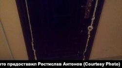 Дверь и замок в монтажной пене