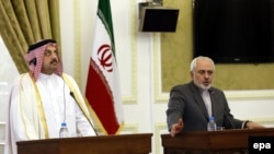 İran və Qətərin xarici işlər nazirləri Mohammad Javad Zarif (sağda) vət Khalid bin Mohamed Al Attiyah Tehranda keçirilən mətbuat konfransında (26 fevral 2014-cü il)