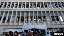 საპროტესტო გამოსვლა საბერძნეთის სახელმწიფო ტელევიზიის შენობის წინ