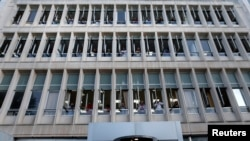 Грекиянын мамлекеттик телестанциясынын сыртына ЭРТнын жабылганына нааразылык билдирип, чогулган адамдар. Афины, 11-июнь 2013