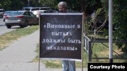 Самвел Арустамян стоит в пикете – в декабре 2015 года его сына били и пытали в отделении полиции