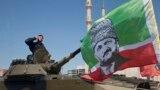 Боец спецназа в Чечне на военном параде, архивное фото