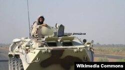 Ukrayna sülhməramlısı BTR-80 zirehli maşınında, İraq, avqust 2003