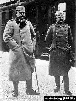 Паўль фон Гіндэнбург і Эрых фон Людэндорф на чыгуначным вакзале ў Вільні, 1915 г.