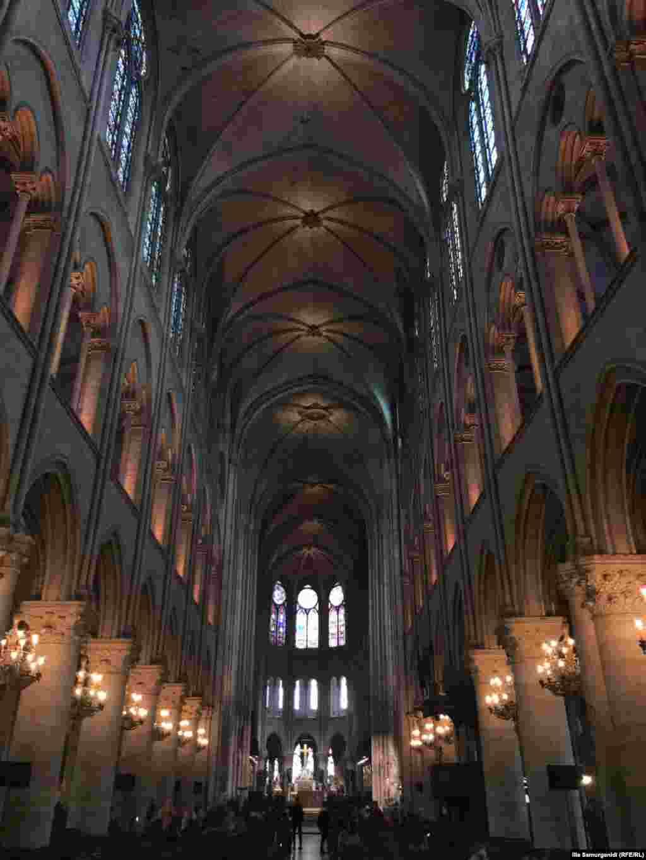 گفته میشود نخستین مرحله از ساخت نوتردام، بنای «کر»، بخشی که برای حضور روحانیون و گروه همسرایان است، و آمبولاتوریوم، مکانی گرداگرد کر، بود. ساخت «کر» نزدیک به ۱۵ سال طول کشید.