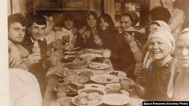 Васильчуки за праздничным столом. 1950-е годы