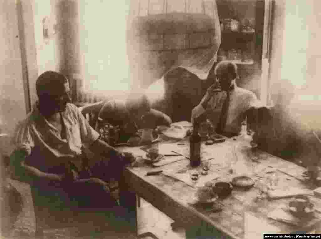 Утро в квартире Владимира Маяковского и Бриков в Гендриковом переулке