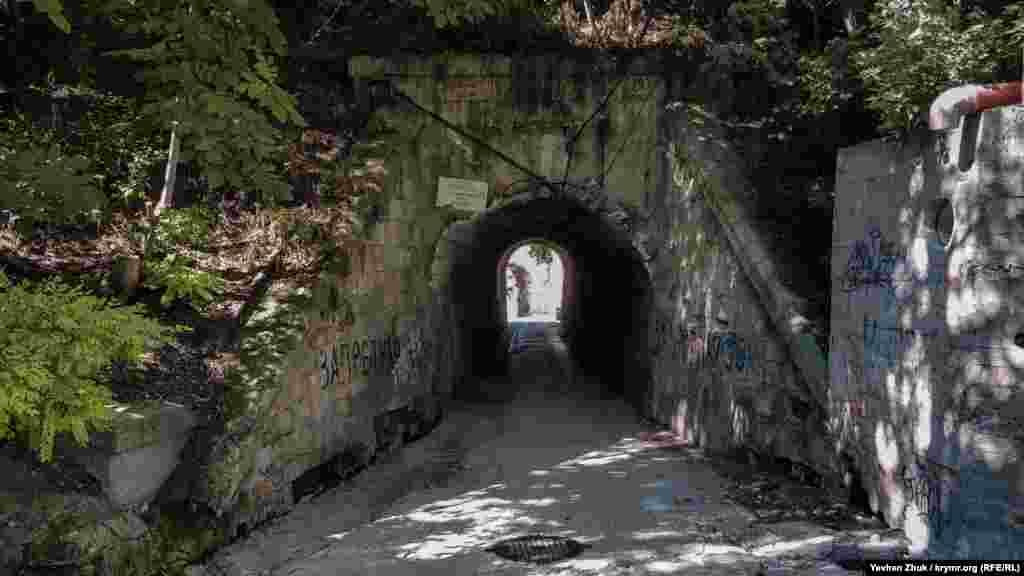 Пройти к морю можно только через тоннель
