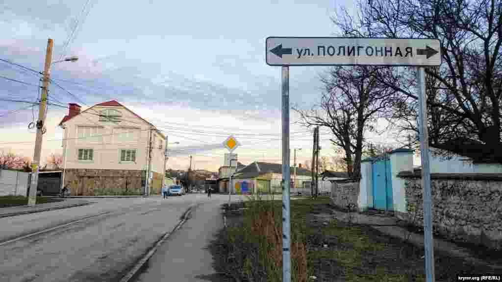 У цьому місці вулиця Чехова плавно закінчується. Її довжина становить 1600 метрів